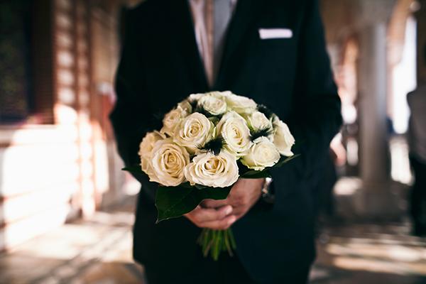νυφικη-ανθοδεσμη-λευκα-τριανταφυλλα