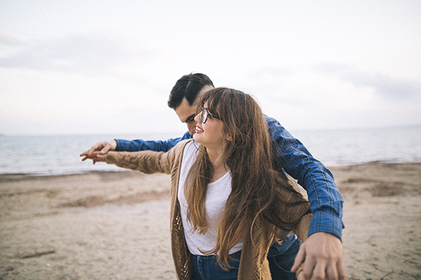 winter-engagement-photoshoot-at-the-beach (4)
