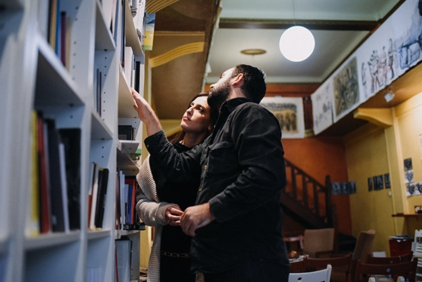 romantic-prewedding-shoot-bookstore_04