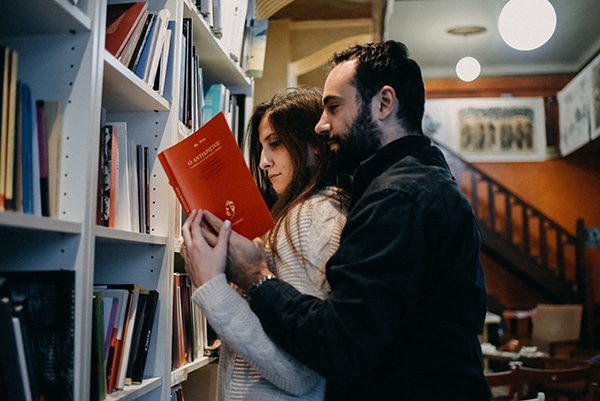 romantic-prewedding-shoot-bookstore_05