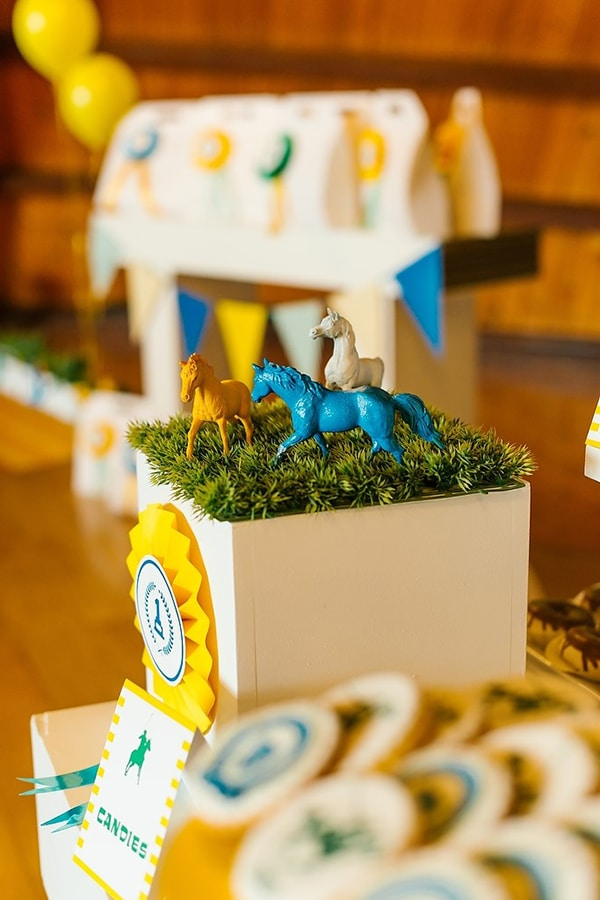 baptism-decoration-vivid-colors-horses_02