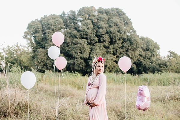 Γλυκιά φωτογράφιση εγκυμοσύνης στη φύση