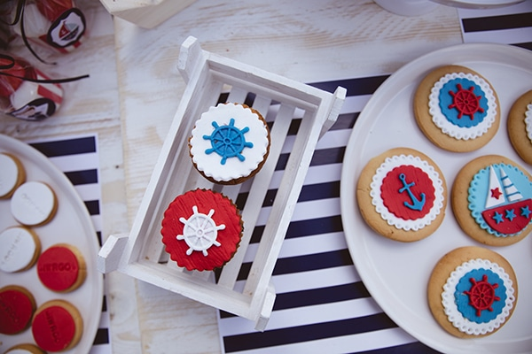 decoration-ideas-navy-theme-blue-red-color-hues_06