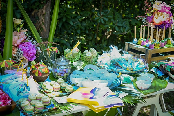 girly-baptism-ideas-tropical-style-parrot-toucan_08