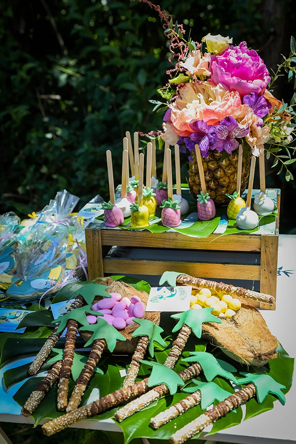 girly-baptism-ideas-tropical-style-parrot-toucan_12