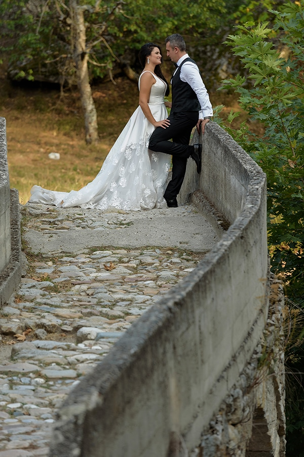 romantic-fall-wedding-serres-white-flowers-olive-branches_02