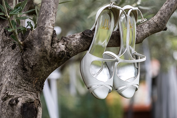 romantic-fall-wedding-serres-white-flowers-olive-branches_04
