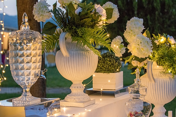 dreamy-outdoor-decoration-white-flowers-string-lights_05