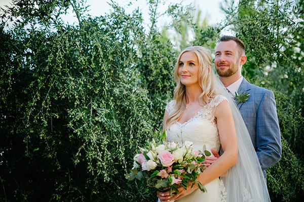 romantic-wedding-wooden-details-soft-pink-flowers_01