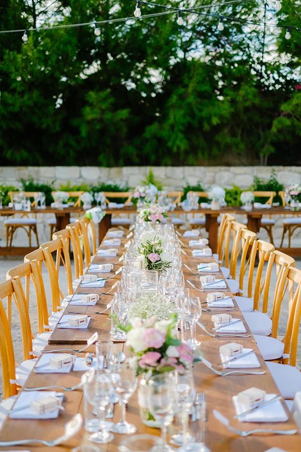 romantic-wedding-wooden-details-soft-pink-flowers_06