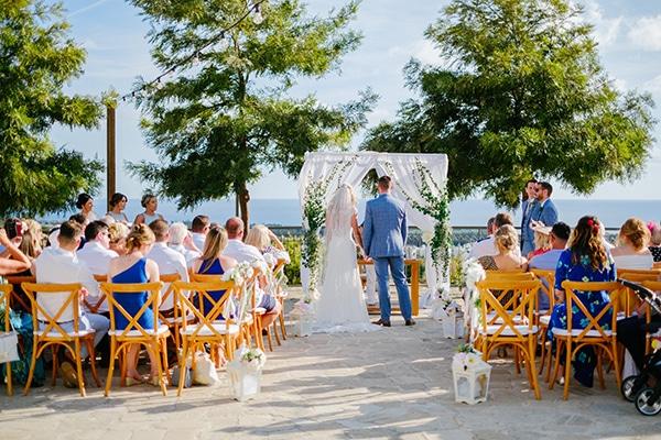 romantic-wedding-wooden-details-soft-pink-flowers_09
