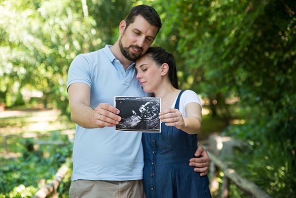romantic-prenatal-session-park-_03