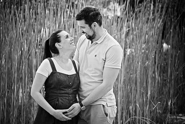 romantic-prenatal-session-park-_06x