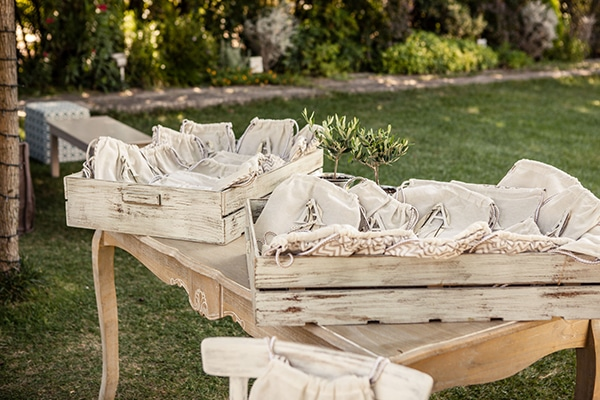 ideas-decoration-baptism-girl-olive-branches-wild--flowers_10