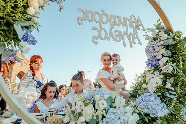 summer-boy-baptism-thessaloniki-white-roses-dusty-blue-hydrangeas_09